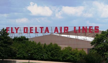 800px-Delta_World_HQ_-_Fly_Delta_Air_Lines_sign